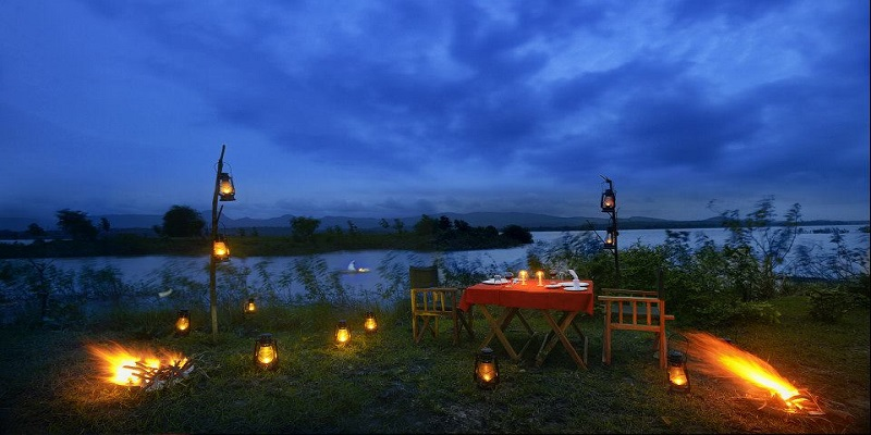 outdoor-dining-at-Denwa-Backwater-Escape-Satpura