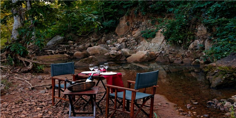 outdorr-dining-at-Reni-Pani-Jungle-Lodge